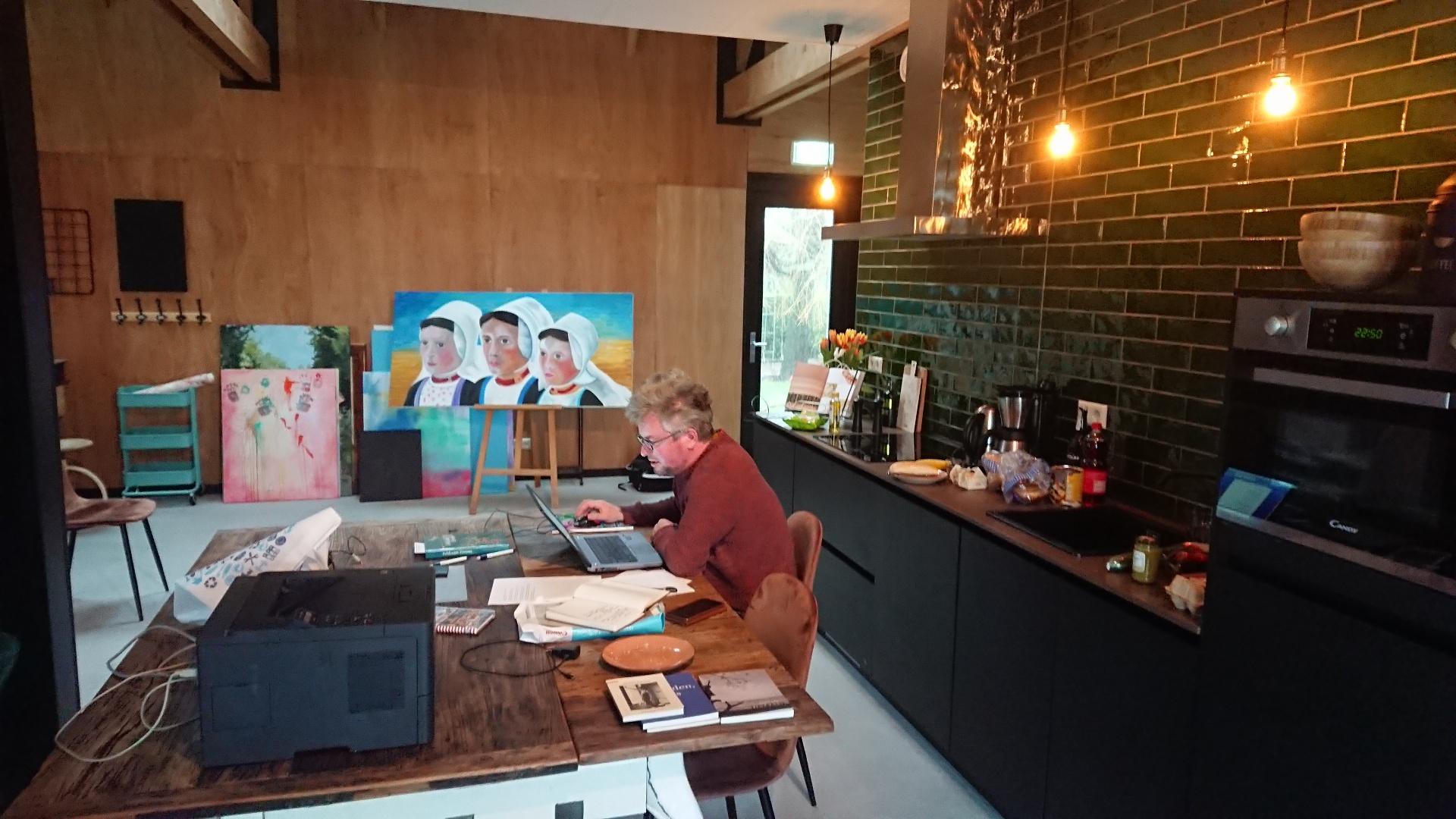 Dichter Tijs van Bragt aan het werk in Het Tortelnest