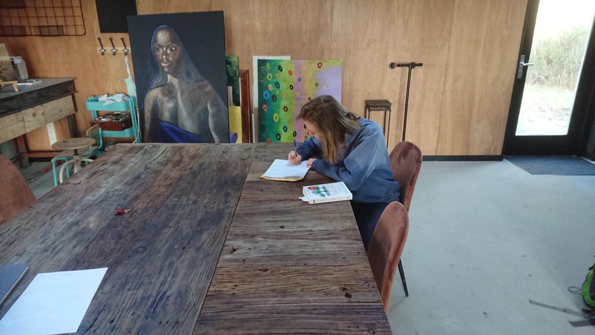 'Mijmeraarster' Nikki Theeuwes aan het werk in het Tortelnest'